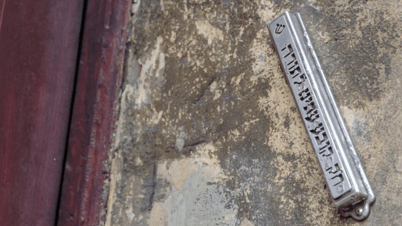 Законы мезузы   Мезуза в коммунальной квартире
