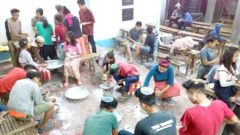 Община «Бней Менаше» в Индии готовит мацу к Песаху