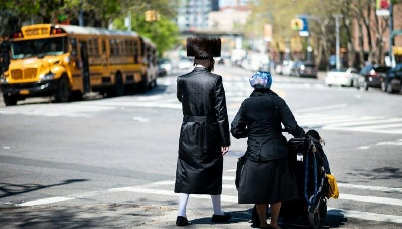 В Нью-Йорке рецидивист напал с ножом на хасидскую пару с ребенком, ранив всех троих