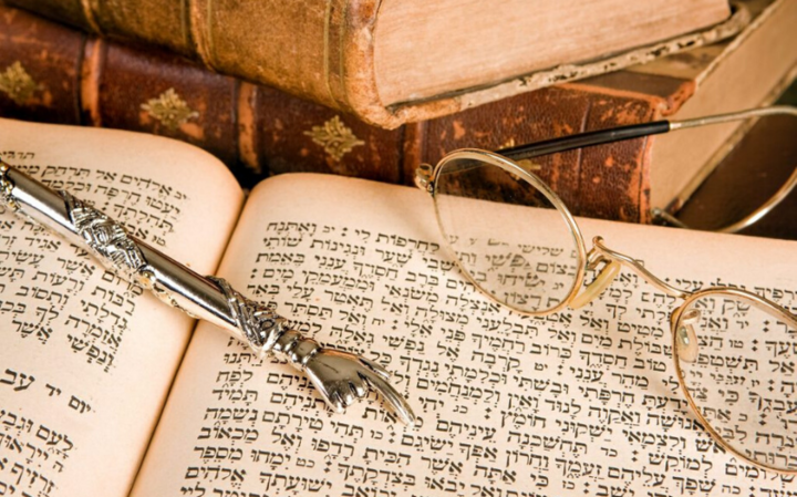 Как обращаться со святыми книгами