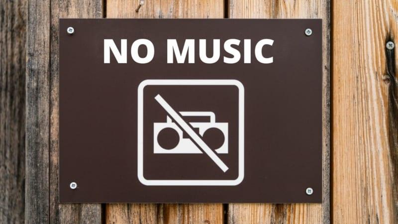 🔇 Три недели траура (бейн га-мецарим)   Запрет слушать музыку по радио и с помощью других электронных устройств